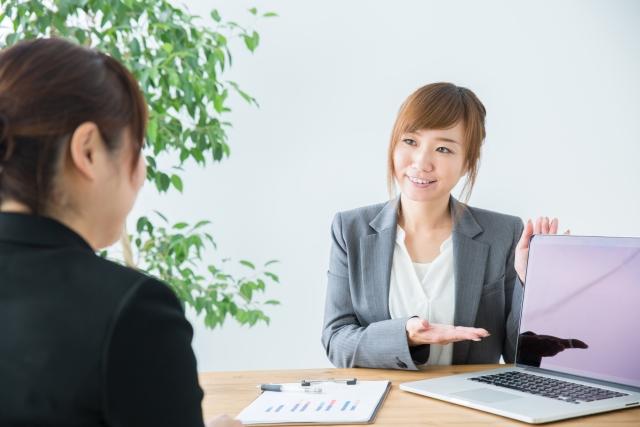 事業を説明する女性