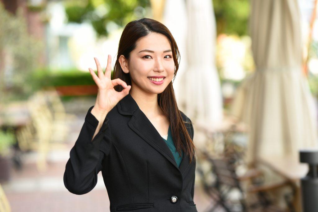 指でOKマークをする女性