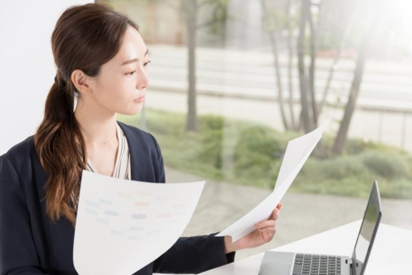 書類を準備する女性