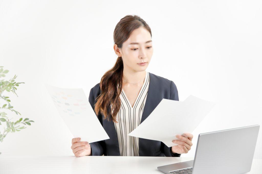 請求書を確認する女性