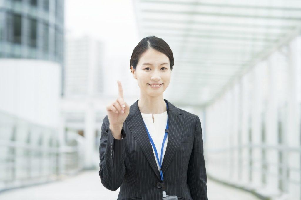 人差し指を立てるビジネスウーマンの写真