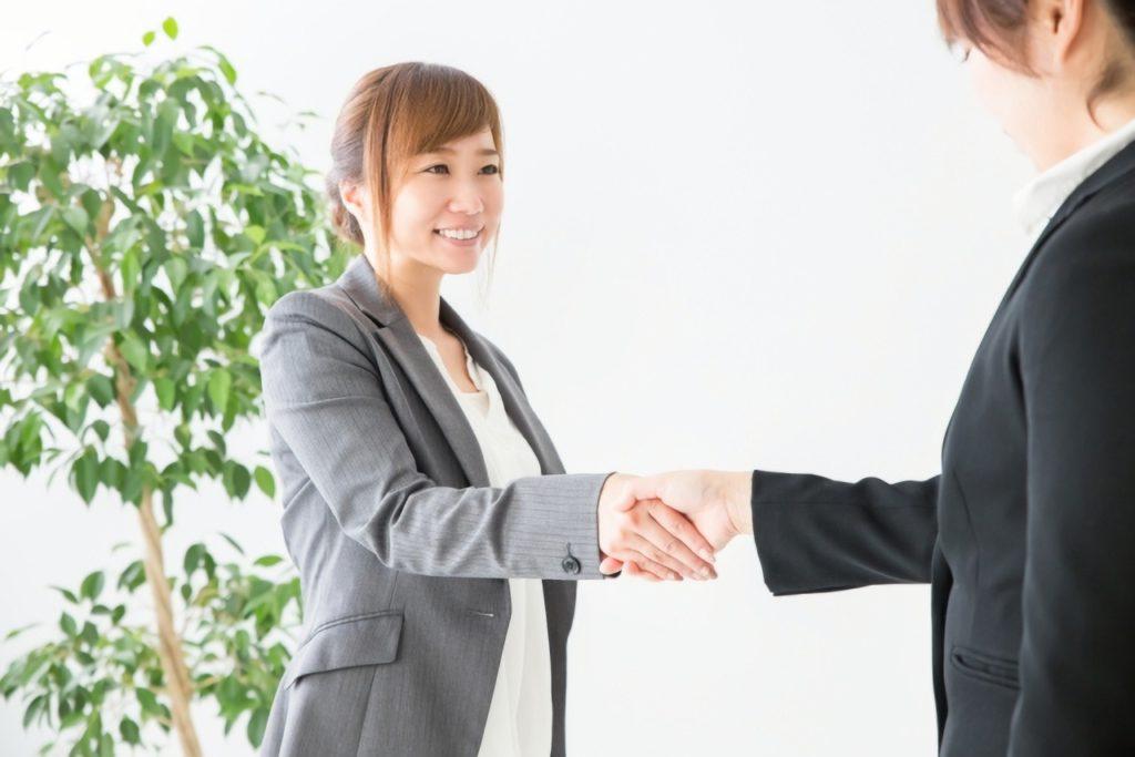 握手するビジネスウーマンの写真